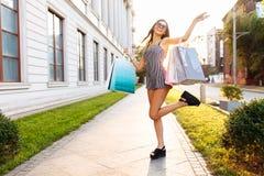 Młoda atrakcyjna dziewczyna w okularach przeciwsłonecznych, cieszy się pomyślnego zakupy obraz royalty free
