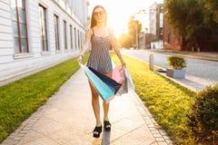 Młoda atrakcyjna dziewczyna w okularach przeciwsłonecznych, cieszy się pomyślnego zakupy zdjęcia royalty free