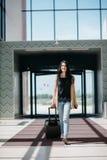 Młoda atrakcyjna dziewczyna z walizką iść na terminal Fotografia Stock