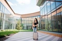 Młoda atrakcyjna dziewczyna z walizką iść na terminal Zdjęcie Stock
