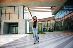Młoda atrakcyjna dziewczyna z walizką iść na terminal Fotografia Royalty Free