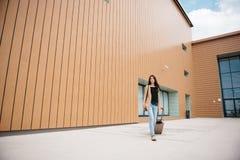 Młoda atrakcyjna dziewczyna z walizką iść na terminal Obraz Royalty Free