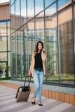 Młoda atrakcyjna dziewczyna z walizką iść na terminal Zdjęcie Royalty Free
