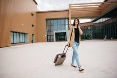 Młoda atrakcyjna dziewczyna z walizką iść na terminal Zdjęcia Royalty Free