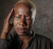Młoda atrakcyjna i smutna czarna afro Amerykańska kobieta z palcami na ona kierownicza tempa cierpienia migrena i migreny uczucie Zdjęcie Royalty Free