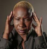 Młoda atrakcyjna i smutna czarna afro Amerykańska kobieta z palcami na ona kierownicza tempa cierpienia migrena i migreny uczucie Zdjęcia Royalty Free