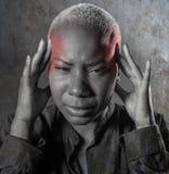 Młoda atrakcyjna i smutna czarna afro Amerykańska kobieta z palcami na ona kierownicza tempa cierpienia migrena i migreny uczucie Fotografia Royalty Free
