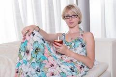 Młoda atrakcyjna kobieta cieszy się koktajl na leżance zdjęcie stock