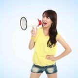 Młoda atrakcyjna kobieta krzyczy używać megafon fotografia stock