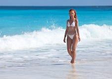 Młoda atrakcyjna kobieta na morzu coast.portrait maksimum obraz stock