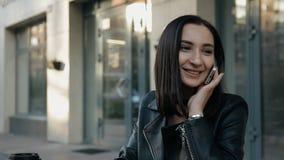 Młoda atrakcyjna kobieta opowiada na telefonie zbiory