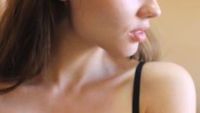 Młoda atrakcyjna kobieta patrzeje kamerę i ono uśmiecha się Piękny biały uśmiech z parzysty, równy zębami Długi błyszczący włosy  zdjęcie wideo