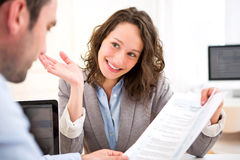 Młoda atrakcyjna kobieta podczas akcydensowego wywiadu zdjęcie stock