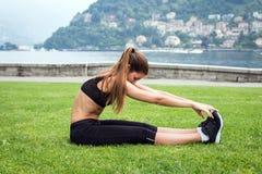 Młoda atrakcyjna kobieta robi ćwiczeniom outdoors obraz stock