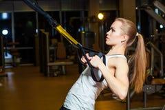 Młoda atrakcyjna kobieta robi crossfit pchać podnosi z Obrazy Royalty Free