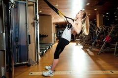 Młoda atrakcyjna kobieta robi crossfit pchać podnosi z Obraz Royalty Free