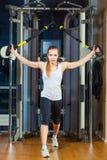 Młoda atrakcyjna kobieta robi crossfit pchać podnosi z Zdjęcia Royalty Free