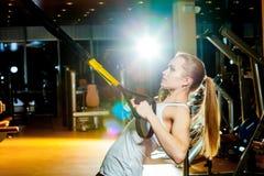 Młoda atrakcyjna kobieta robi crossfit pchać podnosi z Zdjęcia Stock
