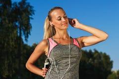 Młoda atrakcyjna kobieta słucha muzyka Obrazy Royalty Free