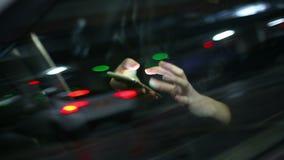 Młoda atrakcyjna kobieta używa telefon komórkowego w samochodzie przy podziemnym parking zdjęcie wideo