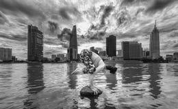 Młoda atrakcyjna kobieta w joga posturze, obraz royalty free