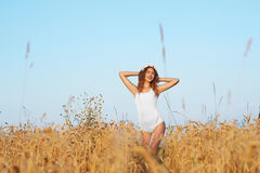 Młoda, atrakcyjna kobieta w swimsuit, pozuje w polu przepływ zdjęcia royalty free