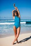 Młoda atrakcyjna kobieta w swimwear pozuje na piaskowatej plaży podczas dnia Zdjęcia Royalty Free