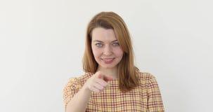 Młoda atrakcyjna kobieta wskazuje palec przy kamerą zbiory wideo