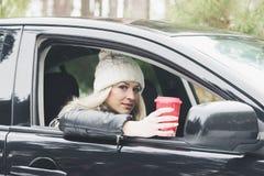 Młoda atrakcyjna kobieta z filiżanką gorący napój Zdjęcia Stock