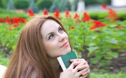 Młoda atrakcyjna kobieta z książką zdjęcia royalty free