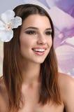Młoda atrakcyjna kobieta z kwiatami w jej włosy pozuje w studiu zdjęcie royalty free