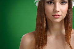 Młoda atrakcyjna kobieta z kwiatami w jej włosy pozuje w studiu obraz stock