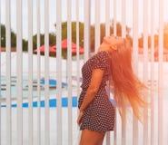 Młoda atrakcyjna kobieta z machać długie włosy bawić się na lecie Szczęście i kręciek Uśmiechnięta szalona dziewczyna zabawę Fotografia Stock