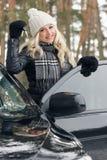 Młoda atrakcyjna kobieta z samochodem wpisuje w ręce Zdjęcia Stock