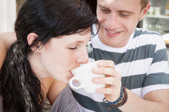 Młoda atrakcyjna para cieszy się ranek kawę Obrazy Stock