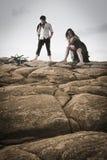 Młoda atrakcyjna para dzieli moment outdoors na plażowych skałach Obraz Royalty Free