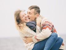 Młoda atrakcyjna para w trykotowych pulowerach obrazy stock