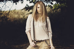 Młoda atrakcyjna redhair kobieta outside w polach Wolności concep Fotografia Royalty Free