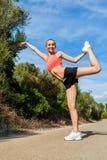 Młoda atrakcyjna sportowa kobiety rozciągania sprawność fizyczna zdjęcie royalty free