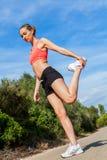 Młoda atrakcyjna sportowa kobiety rozciągania sprawność fizyczna obrazy stock