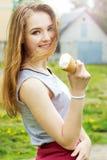Młoda atrakcyjna uśmiechnięta dziewczyna w słonecznym dniu z lody w rękach odprowadzenie wokoło miasta obrazy royalty free