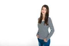 Młoda atrakcyjna ufna uśmiechnięta dziewczyna, trzy ćwiartek długości portret na bielu fotografia stock