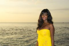 Młoda atrakcyjna, wspaniała amerykanin afrykańskiego pochodzenia murzynka w lata smokingowy pozować relaksuję na lato zmierzchu i Obrazy Royalty Free