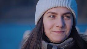 Młoda atrakcyjna zieleń przyglądał się kobieta portret który jest przyglądający kamera, szczęśliwy ono uśmiecha się i mrugnięcia  zbiory