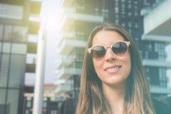 Młoda autentyczna biznesowa kobieta w mieście dla biznesowej podróży obraz royalty free