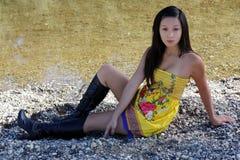 Młoda Azjatycka Amerykańska Kobiety Kolor żółty Sukni Rzeka obrazy royalty free