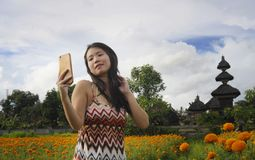Młoda Azjatycka Chińska turystyczna kobieta bierze jaźń portreta selfie fotografię z telefonem komórkowym na wycieczce przez pięk Obraz Stock