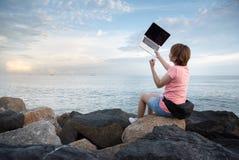 Młoda Azjatycka kobieta Freelance świętujący jej nową pracę obrazy royalty free