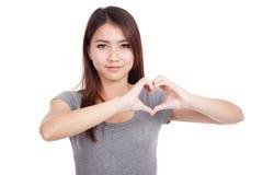 Młoda Azjatycka kobieta gestykuluje kierowego ręka znaka Fotografia Royalty Free