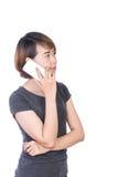 Młoda Azjatycka kobieta opowiada mądrze telefon odizolowywającego na białym tle obrazy stock